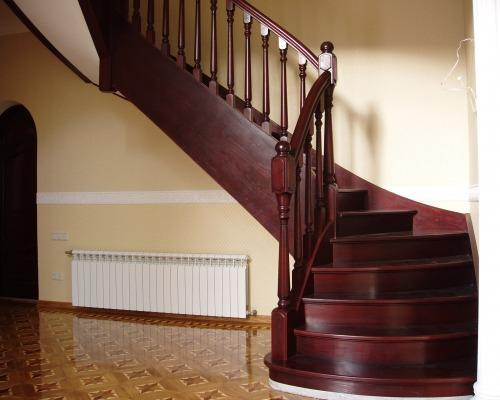 Лестница на второй этаж из дерева с забежными ступенями 175